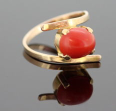 Persian 18k yellow gold ladies ring with coral ( 1.5 ct) ca.1970