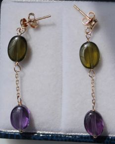 14 kt yellow gold earrings, set with amethyst and aventurine – Size: 5 x 34 mm.