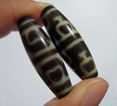 Lot of two agate beads - treasure vase shape (Poh Phiing) - Tibet - Late 20th century