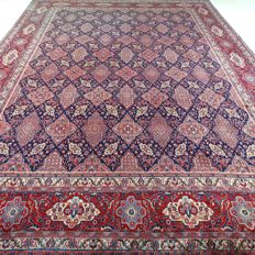 "Sarough – 402 x 294 cm. – ""Impressive, oversize Persian carpet in royal blue – in beautiful top condition"""