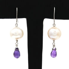 18 kt white gold earrings with amethyst and baroque freshwater pears. Earring height: 10.3 mm