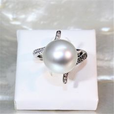 Ring in 750 white gold with diamonds and cultured South Sea pearl from Australia, diameter of 12.8 mm