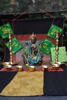 Altar pieces with, among others, bronze Tara on throne, plus Mala - Tibet - late 20th century.