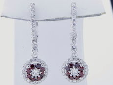 White gold ear studs in 14 kt, set with intense fancy, burgundy colour diamonds of 1.25 ct in total