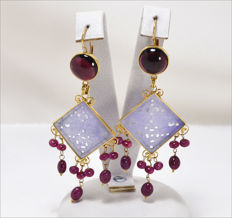 Earrings in 18 kt gold with garnet, rubies and jade – 80 × 30 mm