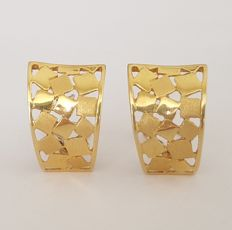 18 kt openwork earrings with squares of smooth shaded gold - length: .  19mm x 8mm.