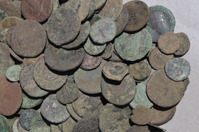 Roman Empire - Collection of more than 300 mostly late Roman bronze coins - AD 3rd - 4th century