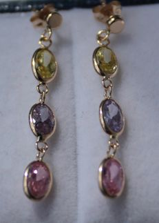 14 kt yellow gold earrings, set with amethyst, peridot and quartz, size: 5 x 34 mm.