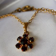 Chain and pendant with old Bohemian facetted beautiful Garnets in rosette form. Very good state.