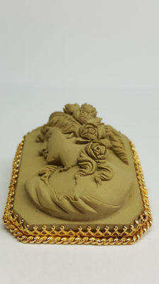 Lava 14 kt cameo brooch of a goddess
