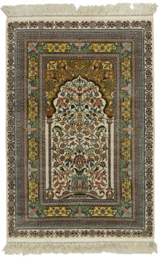 Hereke rug – 100% silk and gold threads – Handmade in China – Knot density: 800,000 (nearly 1,000,000) knots/m² – Size: 92 x 62 cm – With certificate of authenticity from an official appraiser – (Galleria Farah 1970)