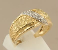 18 kt bi-colour gold ring set with 14 single cut diamonds of approx. 0.14 ct in total, ring size 17 (53)
