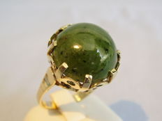 Gold ring with large forest-green jade-nephrite cabochon weighing 16.5 ct, around 1935/40
