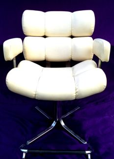 Manufacturer unknown – Barber's chair in steel and faux leather (white-cream colour)