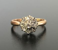 Daisy ring from the late 19th century, in 18 kt rose gold and platinum, decorated with diamond roses