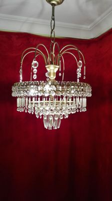 Ceiling light chandelier in brass and crystals.