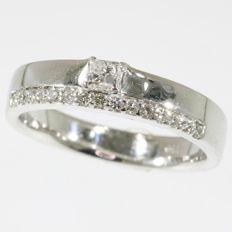 18k White gold engagement ring with one princess cut and 15 brilliant cut diamonds - size 55