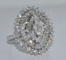Ring in 18kt white gold set with 114 diamonds totaling 4.5ct. Ring size: 57. ***No reserve price***