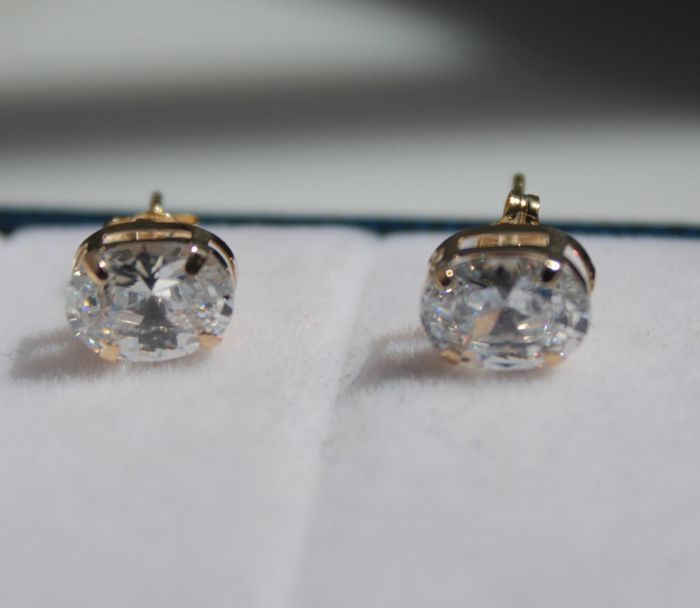 14 kt yellow gold earrings set with an oval zirconia, 4 x 7 mm