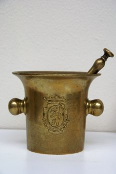 Bronze pharmacists mortar with coat of arms lion with crown on the front and back-1850/1900