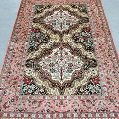 Excellent, 100% silk, Ghom Persian carpet – 1,000,000 kn/m² – with certificate