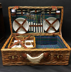 For classic car/convertible. Reed picnic basket for 4 persons.