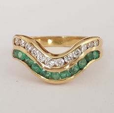 18 kt gold ring with 0.80 ct in emeralds and brilliants. Size: 16.5 12/52 (UE). No reserve price.