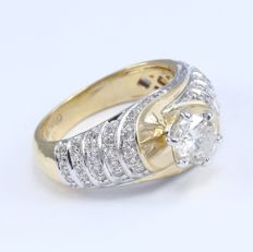18 kt/750 Yellow Gold Center Solitaire Diamond ring 0.75 ct. with Accent Diamonds of 0.56 ct - Ring Size 52 3/4 or 16.5