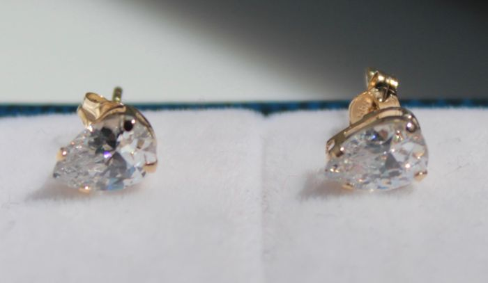 14 kt yellow gold earrings set with a pear-shaped zirconia, 3 x 6 mm