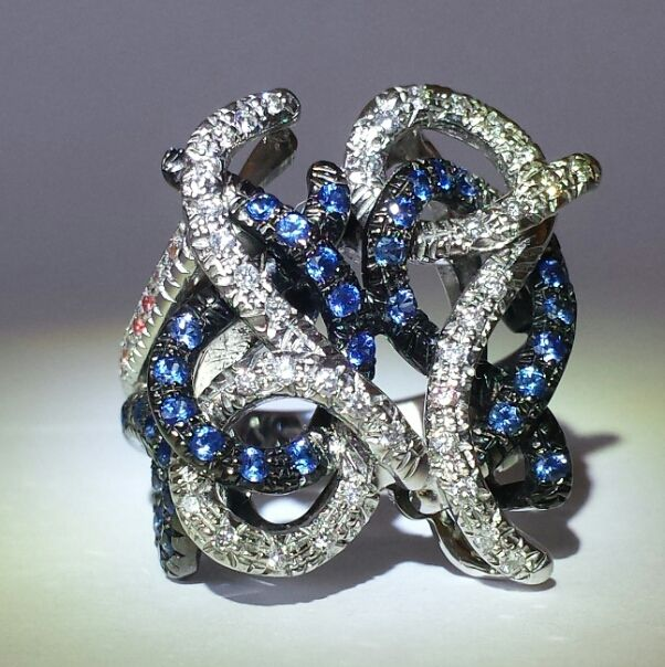 Ring in 18 kt white and burnished gold with diamonds and sapphires totalling 2.30 ct, size 20-21/60-61