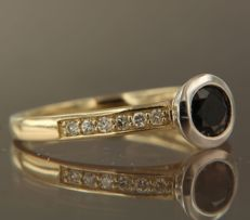 14 kt bi-colour gold ring set with 0.70 ct brilliant cut sapphire and 0.15 ct brilliant cut diamond, ring size 17.5 (55)