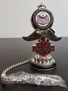 Montre de poche de la collection Harley Davidson « Low Rider » sur un support - Franlin Mint