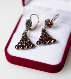 Gold-plated silver earrings with garnets