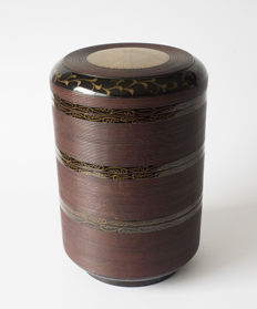 Fine, round, 4-piece ribbed jubako. Black and dark purple varnished an with a floral decoration. Including original storage box – Japan – 19th century (Edo or Meiji period)