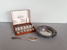 Djokja, silver chocolate bowl, Jam spoon and 6 teaspoons in case with floral decor. Dutch Indies, 20th century