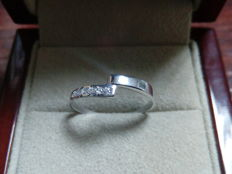 18 kt gold ring of 0.12 ct