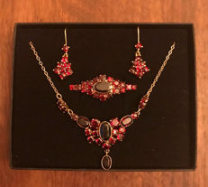 Jewellery set: Necklace, earrings, brooch with Bohemian garnets made of 333 / 8 kt gold, circa 1900-1920