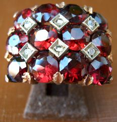 Antique 18 kt gold ring with garnets and diamonds