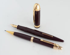 Eversharp Skyline Burgundy fountain pen (14K nib) and propelling pencil in original gift-box.
