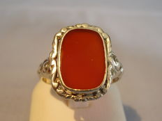 Antique Victorian ring with large carnelian, manufactured around 1890/1900.