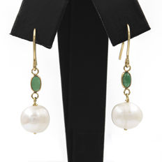 18 kt Yellow gold – Earrings – Oval cut cabochon emerald – Baroque pearls 9.50 mm