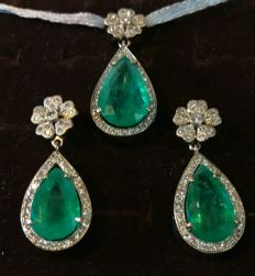 Set of gold earrings and pendant, 18.41 g, with 19.08 ct of emeralds and 1.5 ct (approx.) of diamonds. IGE certificate included.  No reserve price.