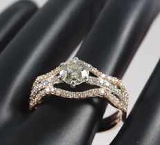 18 kt/750 Rose Gold Center Solitaire Diamond ring 0.80 ct. with Accent Diamonds of 0.56 ct - Ring Size 53/17