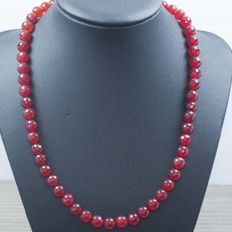 Necklace in 18 kt gold with faceted ruby – Length: 47 cm – No reserve