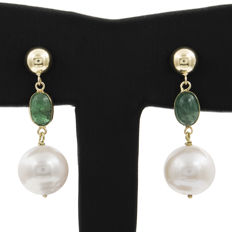 18 kt yellow gold – dangle earrings – 2 ct emeralds – freshwater pearls – height: 29 mm – width: 8 mm (approx.)