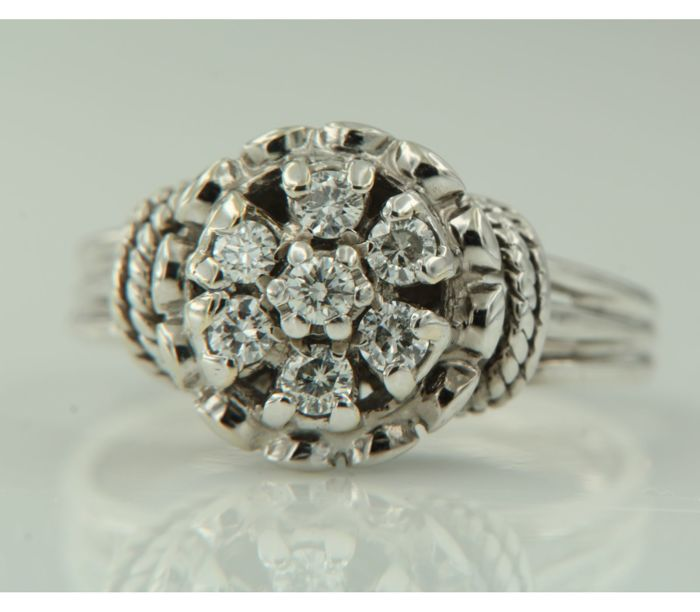 14 kt white gold entourage ring with 7 brilliant cut diamonds, 