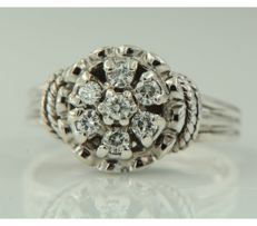 14 kt white gold entourage ring with seven brilliant cut diamondds, approx. 0.42 carat in total, ring size 17.25 (54).