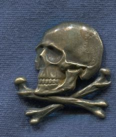 Cap badge. Used by the members of the anarchist Column Perea.  (Before used by the Lusitania Chasseurs). Spanish Civil War.