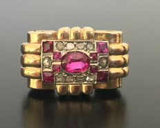 Art Deco tank ring in 18 kt gold and platinum, with a central checked pattern of real diamonds and rubies