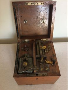 Medical electricity case of Charles Glitscka Gand. Early 20th century